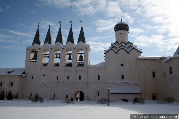Звонница, Покровская церковь и примыкающая к ней трапезная.