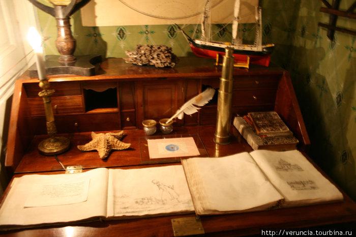 Его рабочий стол с подарками брата Воина, привезенными из дальних странствий. Воин Андреевич был известным путешественником своего времени.