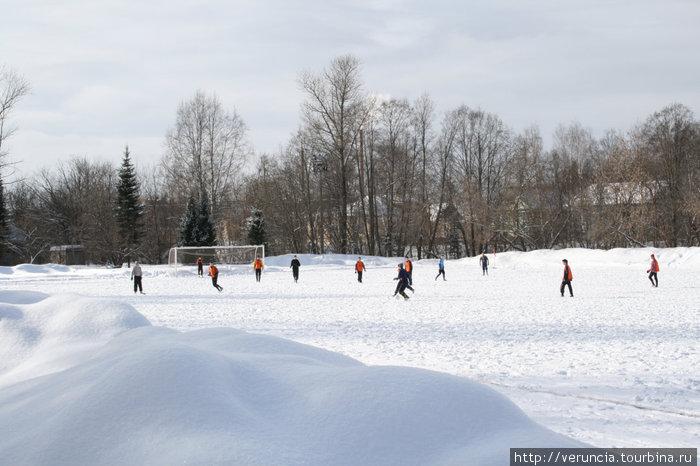 На месте футбольного поля раньше располагалось монастырское кладбище.