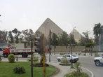 Пирамиды видны уже из города