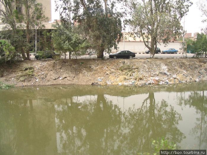 В придорожную канаву выбрасывают мусор, ну, или в крайнем случае, труп осла (видели сами. честно-честно).