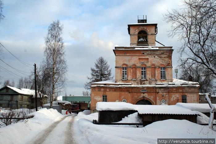 Колокольня и Надвратная церковь.
