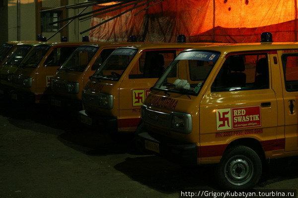 В Европе символ машин скорой помощи — красный крест, на Ближнем Востоке — красный полумесяц, в Индии — красная свастика.