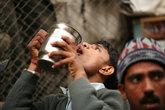 Индийцы с детства умеют пить из уличной посуды не касаясь ее губами.