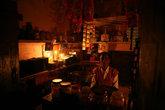 Вечером в деревне нет света, и магазинчики освещают при помощи свечей.
