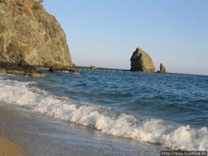 если пройти вдоль кромки моря, то в конце открывается чудесный вид на скалы...