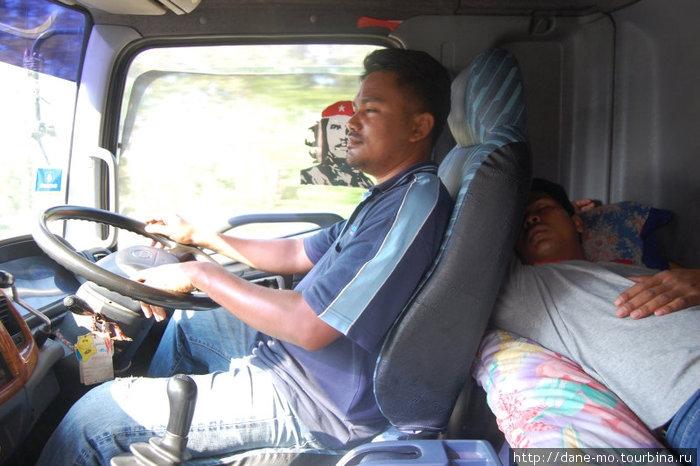 Два дальнобойщика везли меня к Малайзии, попеременно сменяя друг друга