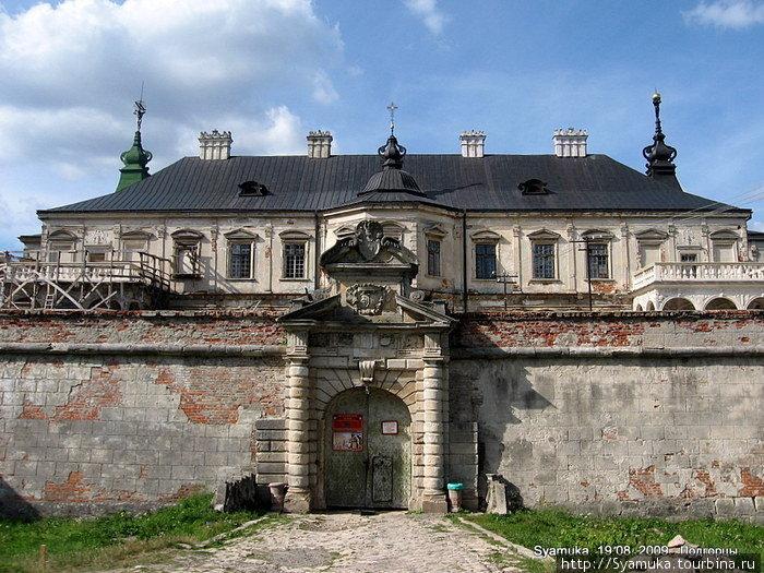 Раненый, побитый, потрепанный временем и человеческой жестокостью замок-дворец хранит и сейчас свою красоту и привлекательность.