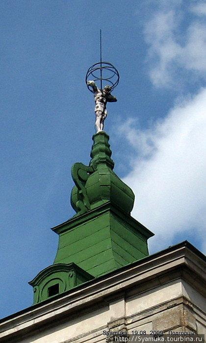 Высокие крыши боковых павильонов завершались  венцами, на которых установили фигуры Атлантов