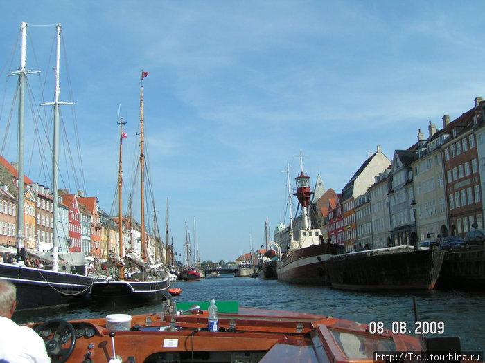Вид с борта кораблика, и частично самого кораблика