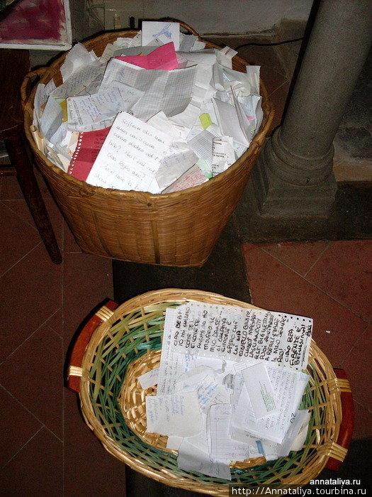 Беатриче похоронена именно в ней. На ее надгробии лежит букет цветов, а рядом стоят две корзины, куда люди кладут записочки со своими сокровенными желаниями. Считается, что Беатриче их обязательно исполнит!