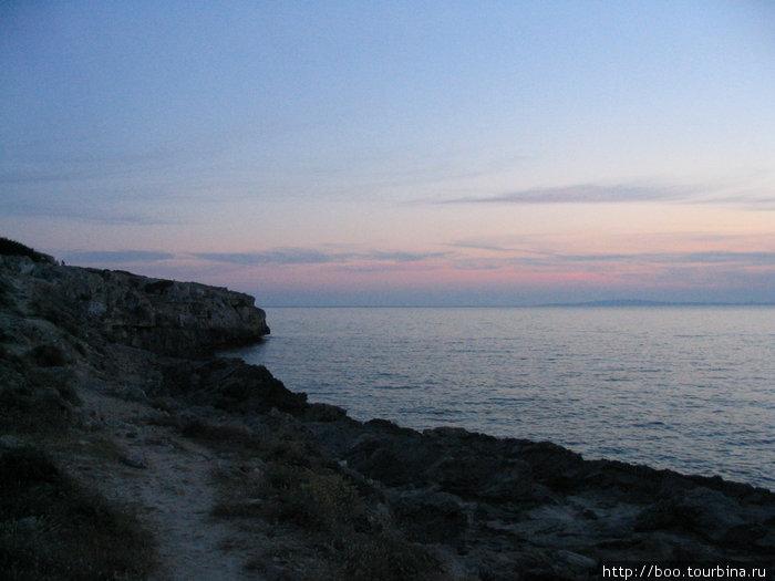 берег скалист и высок