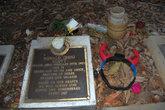 Здесь похоронен Бон Скотт — бывший вокалист легендарной австралийской рок группы ACDC