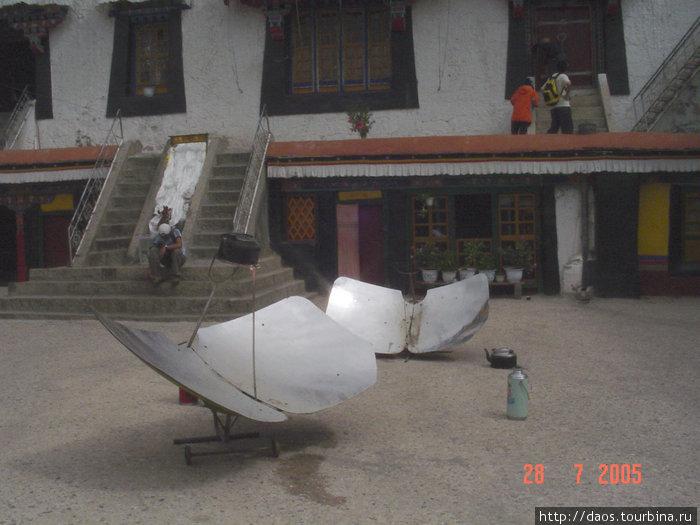 Это солнечный нагреватель. Монахи здесь кипятят чай