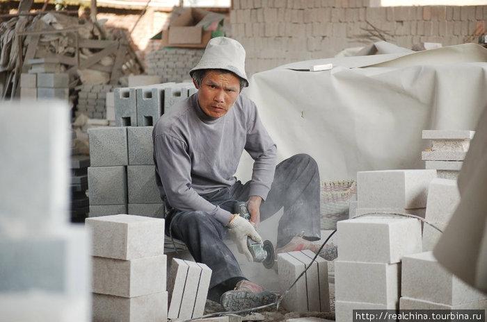 Этот человек делает «пропилы» в каменных брусках. Он работает небольшой циркулярной пилой, которая издает пронзительный, звенящий звук. С утра до вечера, каждый день, он сидит в каменной пыли...