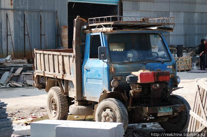 Это машина, на которой перевозится продукция по территории фабрики.