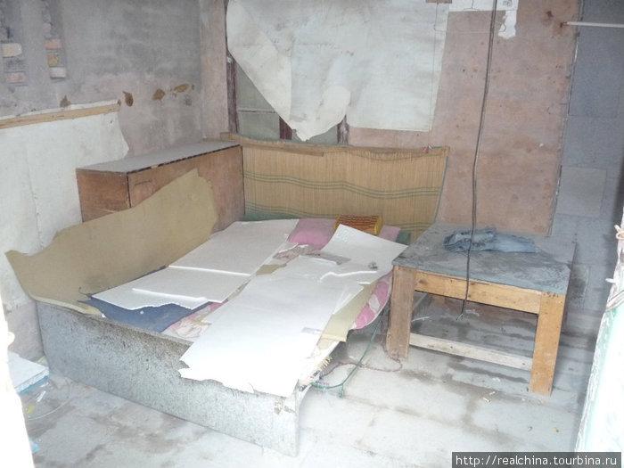 Так выглядит комната общежития, где живут рабочие этой фабрики. Общежитие «слеплено» из осколков камней и цемента и находится тут же, в 20 метрах от рабочих мест.