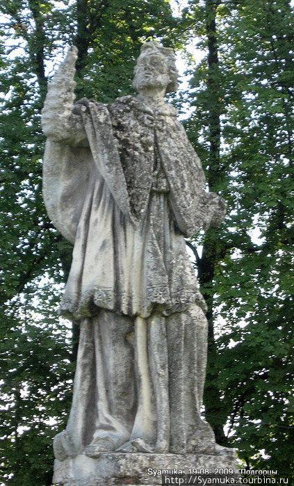 Возле костела сохранилось несколько скульптур.
