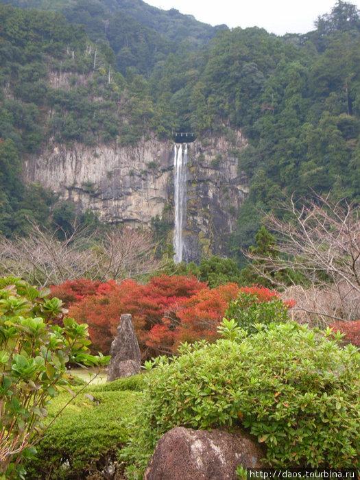 Вид на водопад сверху, со стороны пагоды