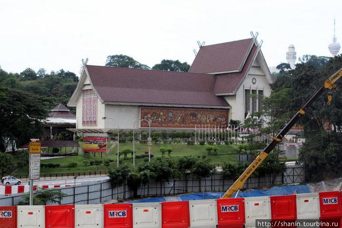 Национальный музей — на пути от ж/д вокзала к автовокзалу