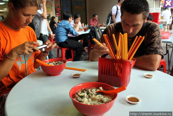 В китайском квартале Куала-Лумпура есть приходится палочками и чаще всего неизвестно что
