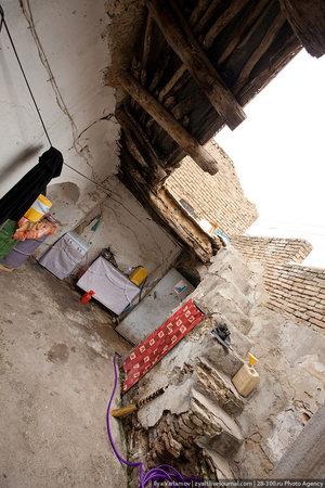 Пока гуляли по городу, нас несколько раз приглашали в гости. Это дворик обычного дома. Жители очень гостеприимные, предлагают чай и еду.