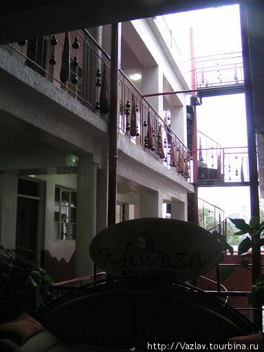 Внутри отеля: часть номеров выходит окнами друг на друга