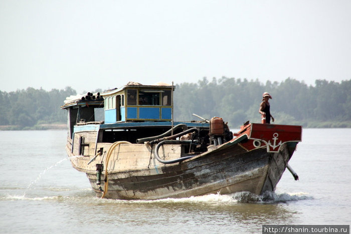 лодка пересекает реку