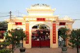 Во дворе буддистского храма