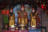 Три китайских божества в храме