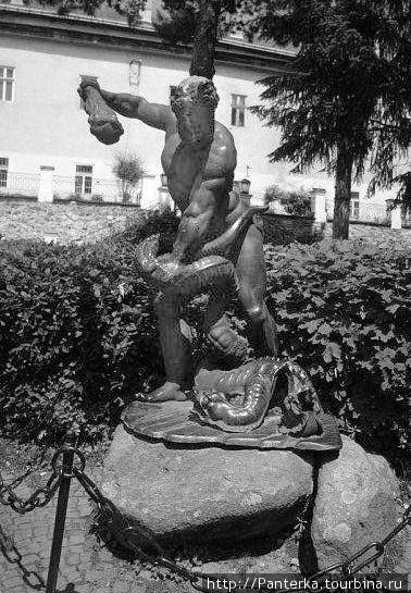 Статуя Геракла во дворе замка