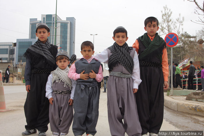 Мальчиков очень любят наряжать в традиционный курдский костюм.  Та же Улица Салема, Сулаймания. Курдистан, Ирак.