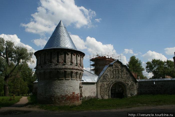 Башня и ворота с древнерусским орнаментом.