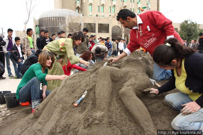 У Сулаймания Палас (гостиница) была проведена акции памяти жертв войны (если я не ошибаюсь, это было в прошлом году) и молодые ребята  пытались изобразить груду тел замученных, растрелянных курдов...