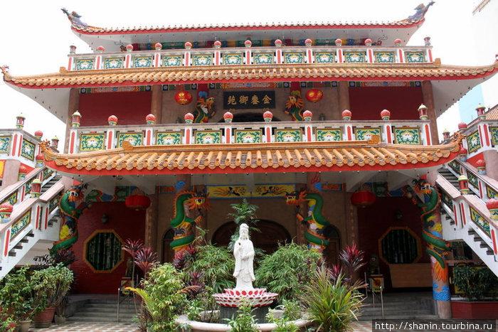 Китайский храм в районе Малате
