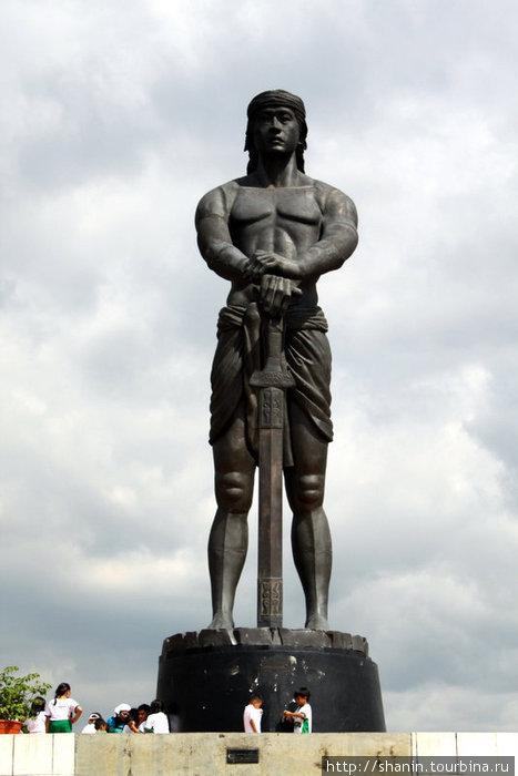 Статуя с мечом