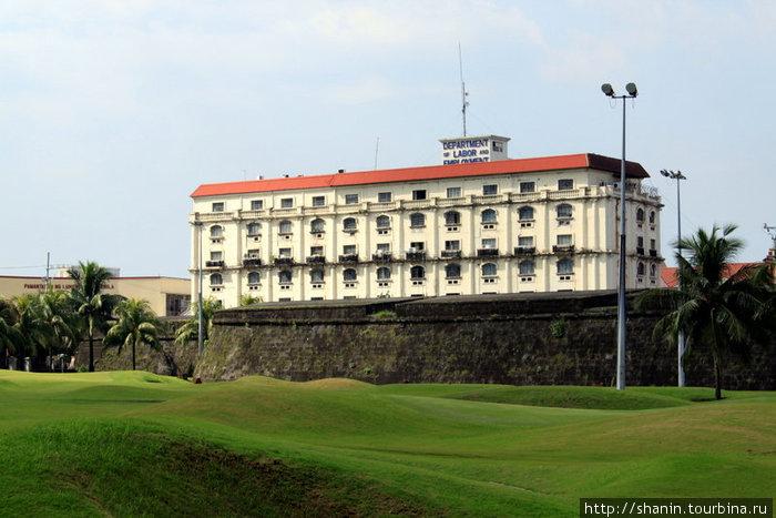 Стена Интрамуроса и поле для гольфа
