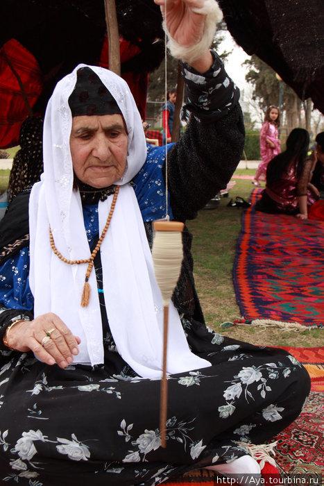 На Навруз устроили что-то типа выставки народных ремесел, где бабушки демонстрировали умения. Они привезли красочные ковры, расположились на поляне и ткали, вязали, вышивали.