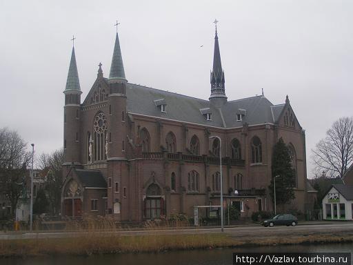 Церковь определённо схожа с замком