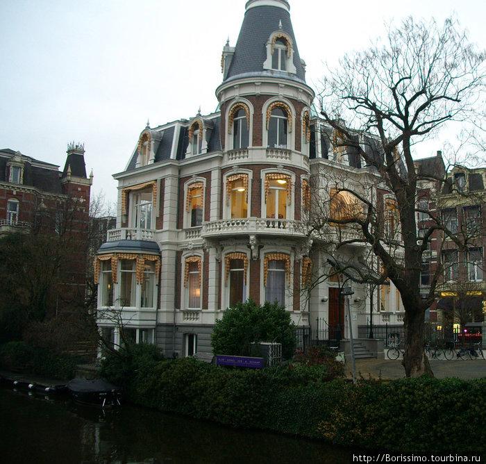 Так выглядит Амстердам с одного из многочисленных каналов в пасмурную погоду