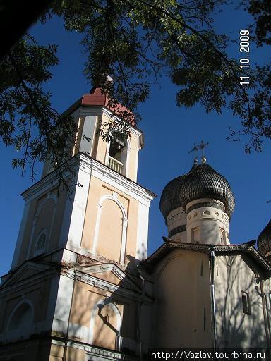 Различие колокольни и храма очевидно