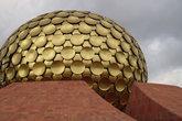 Матримандир, в 2008г покрыт сусальным золотом