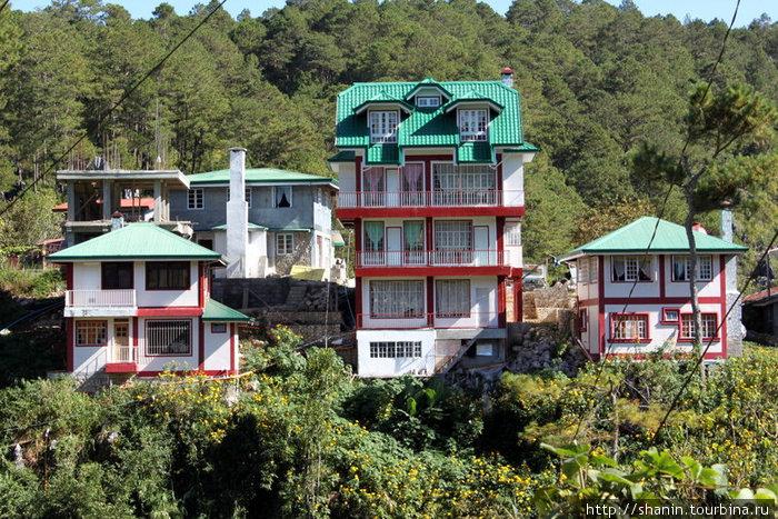 Деревня-деревней, а дома высокие и богатые