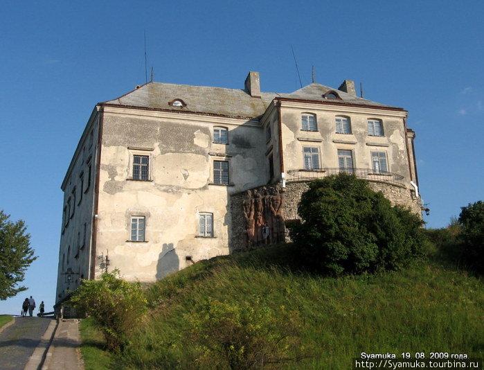 На высоком холме, с трёх сторон окружённом болотами и прудами, которые образует протекающая здесь маленькая речушка, стоит мощная крепость — Олеский замок.