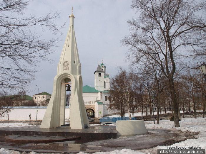 Часовня Казанской Богоматери (на переднем плане) и Спасо-Преображенский монастырь (на заднем плане)