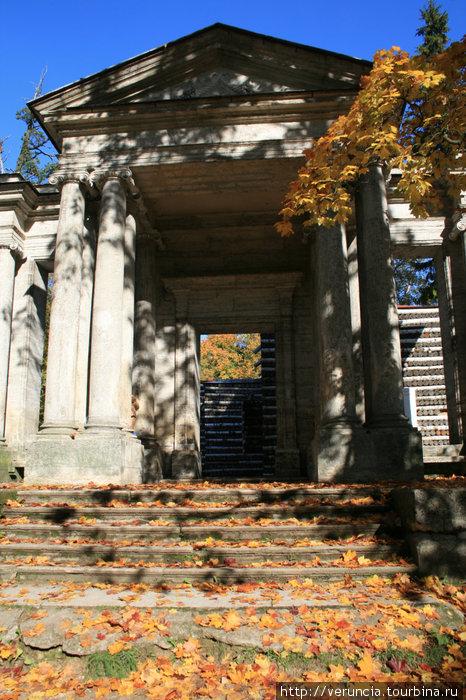 За воротами Бренны скрывается Березовый домик.