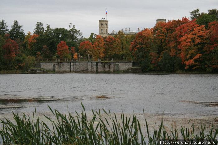 Вид на дворец и пристань у Серебряного озера.