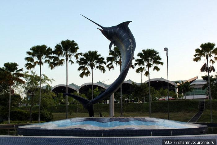 Гигантская рыба у фасада аэропорта Лабуан