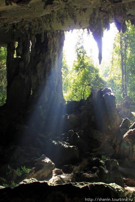 Свет проникает через дыры в стене. Пещеры находятся выше уровня земли!