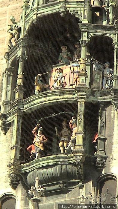 Уникальные часы с танцующими фигурками на часах Ратуши.